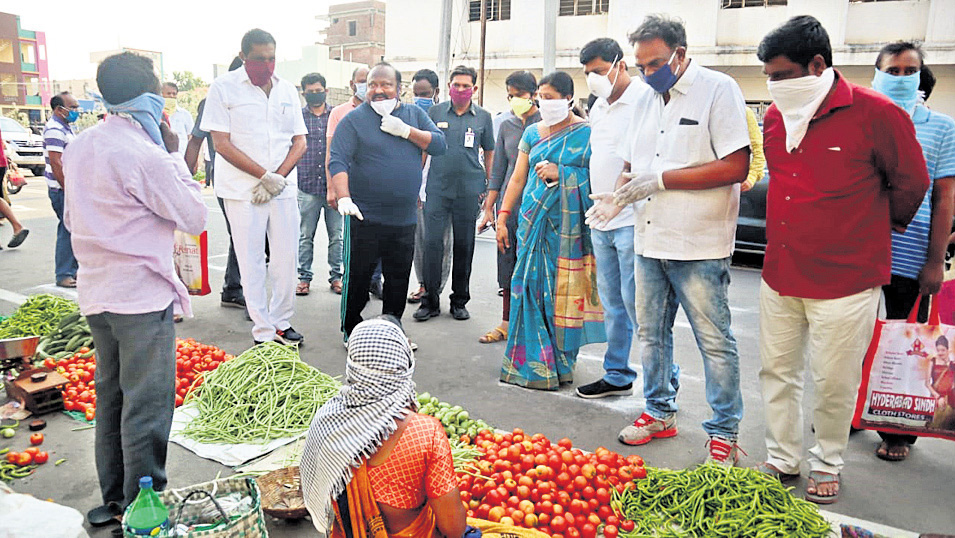 Karimnagar: Minister unhappy over people not following social distancing norms